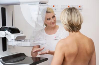 Patientin bei der Röntgenuntersuchung im Mammographie-Screening-Programm